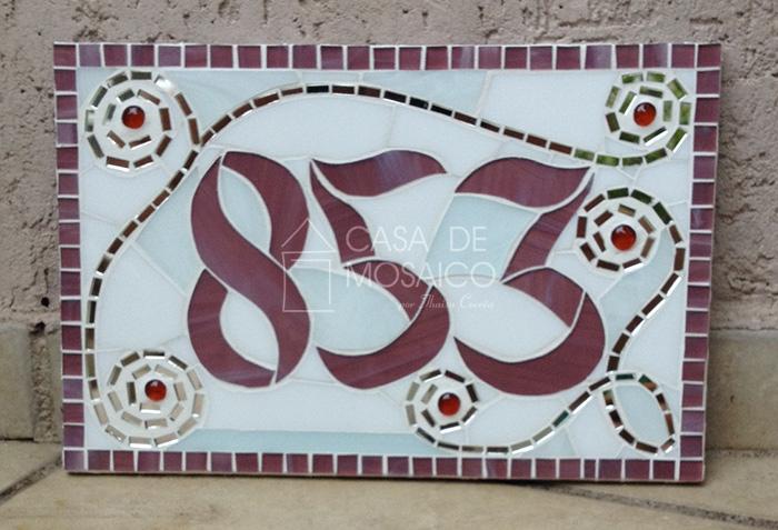 Número de mosaico rosa com arabescos