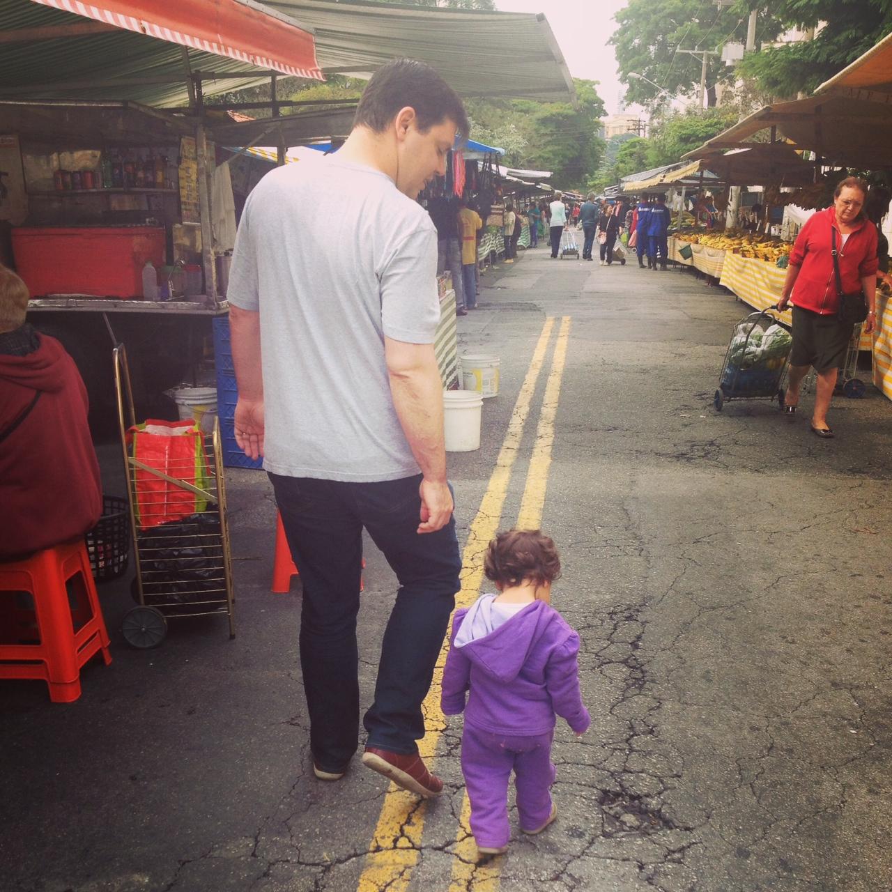 Laura e o Gui na feira