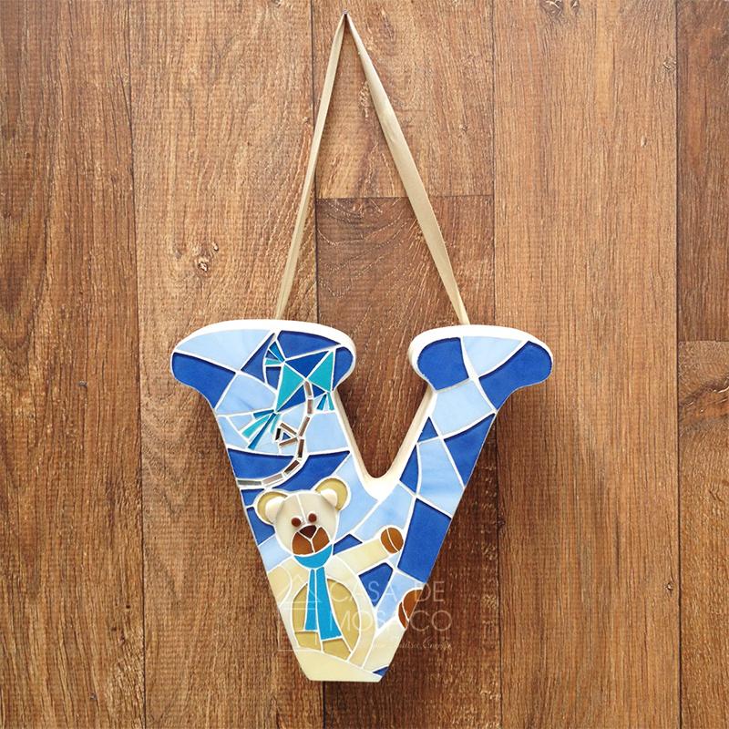 Letra em mosaico de vidro para decorar quarto e porta de maternidade