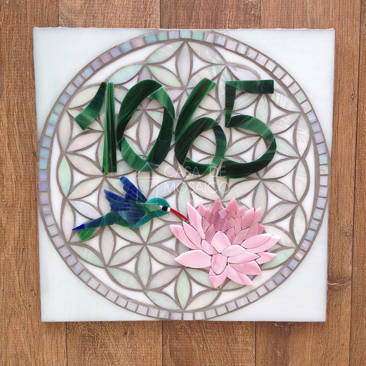 Número de mosaico com beija-flor e flor de Lótus